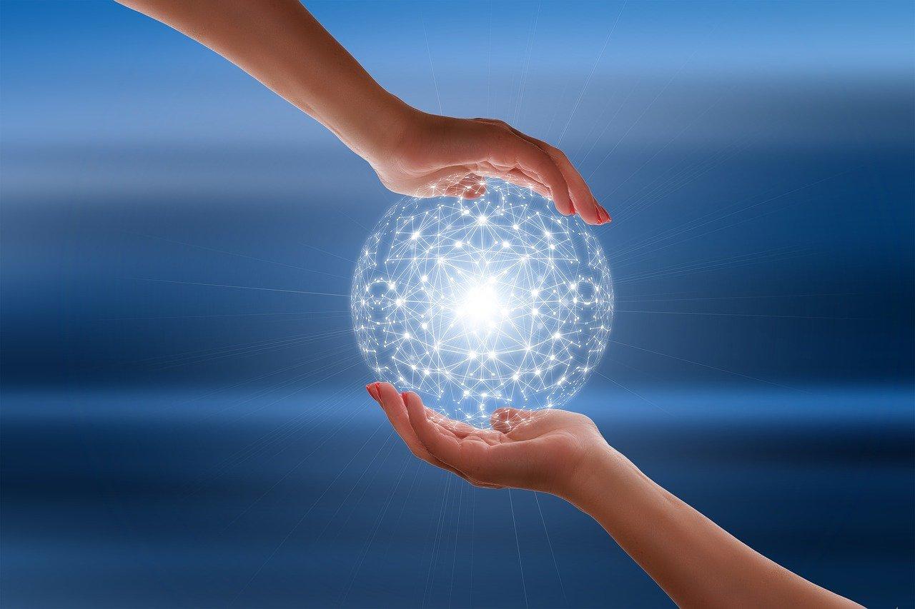 Deux mains tenant une boule lumineuse